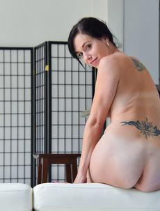 Hot MILF Savannah Dildoing Her Ass