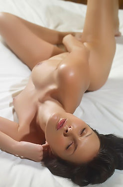 Suzie Perfect Brunette Beauty In Bed