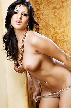 Sunny Leone Sexily Slips Off Her Lingerie
