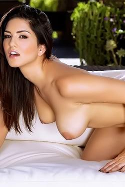 Busty Latina Sunny Leone