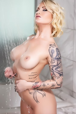 Shower With Daisy Monroe